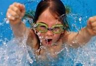 Đủ loại bệnh tiềm ẩn khi bơi lội ở nơi công cộng