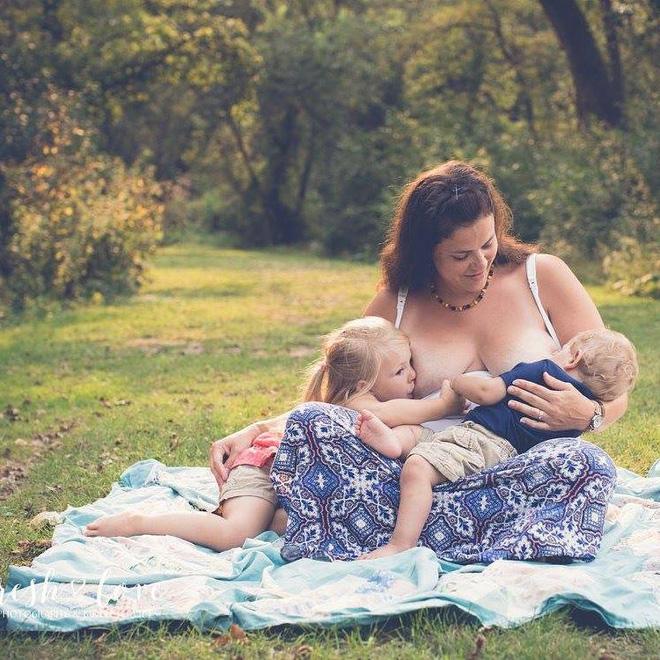 Bộ ảnh thiêng liêng mẹ cho 2 con bú cùng lúc đẹp đến nao lòng-2