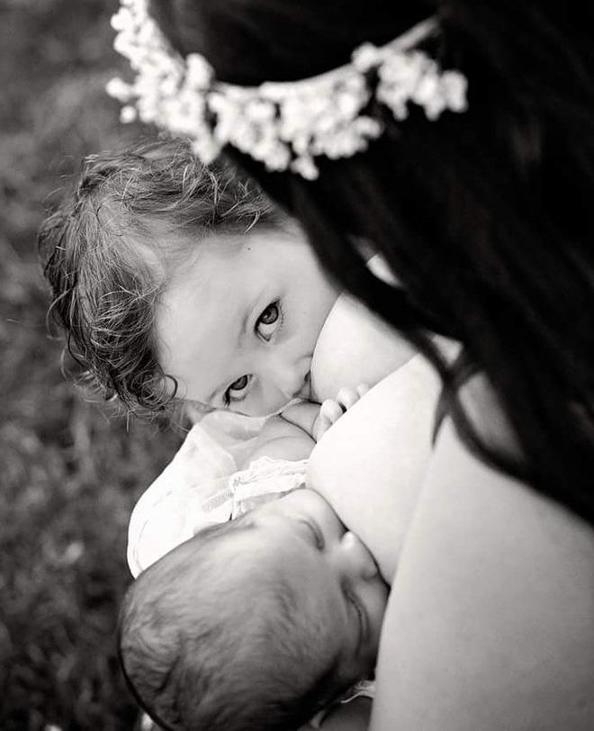 Bộ ảnh thiêng liêng mẹ cho 2 con bú cùng lúc đẹp đến nao lòng-5