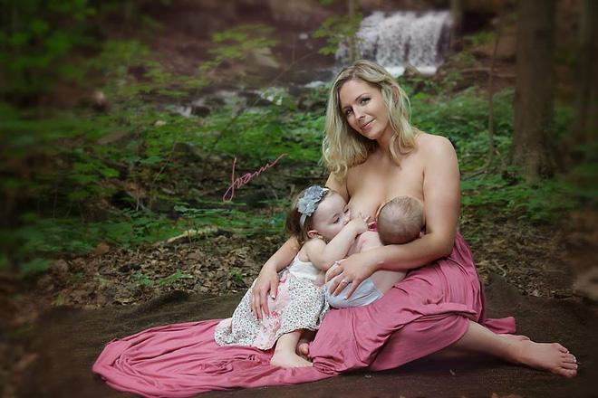Bộ ảnh thiêng liêng mẹ cho 2 con bú cùng lúc đẹp đến nao lòng-7