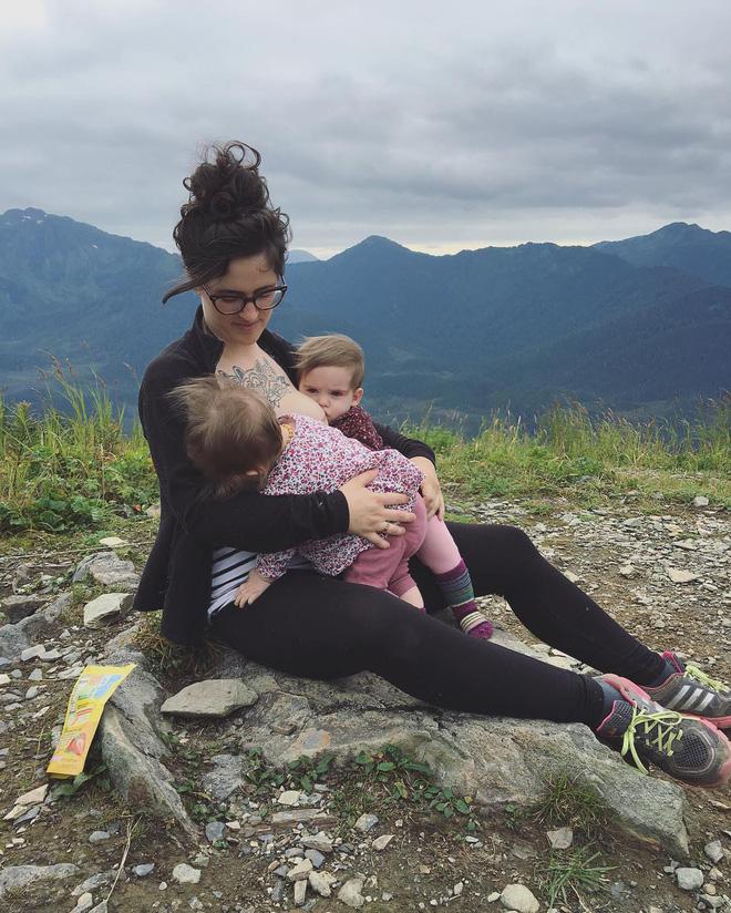 Bộ ảnh thiêng liêng mẹ cho 2 con bú cùng lúc đẹp đến nao lòng-9