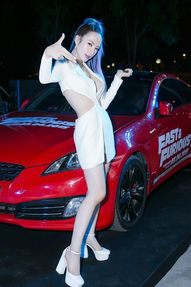 Loạt người đẹp làng giải trí Việt gợi cảm bên siêu xe: Ai hot nhất?-3