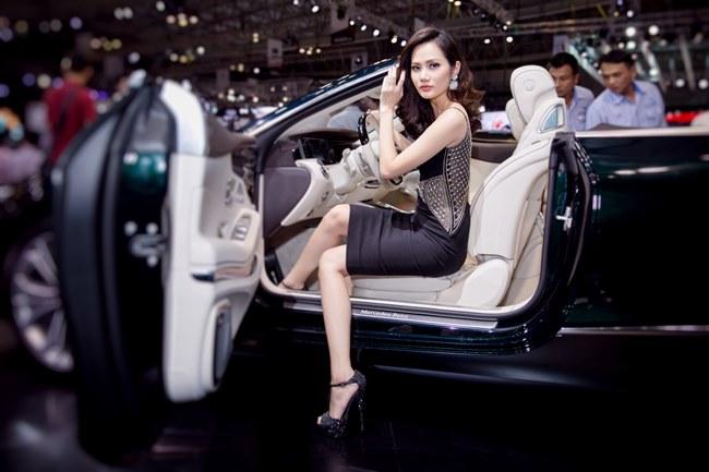 Loạt người đẹp làng giải trí Việt gợi cảm bên siêu xe: Ai hot nhất?-17