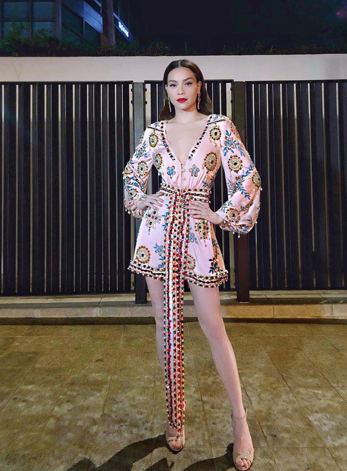 Hồ Ngọc Hà diện áo ngủ đính kết quyến rũ sánh đôi bên Kim Lý-2