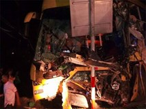 Xe khách va chạm xe container, 2 người tử vong và 7 người phải nhập viện