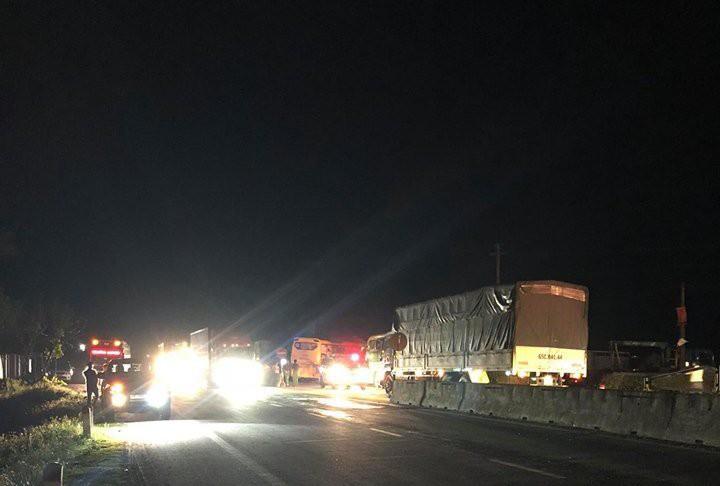 Xe khách va chạm xe container, 2 người tử vong và 7 người phải nhập viện-1