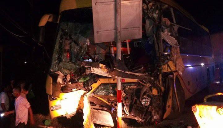 Xe khách va chạm xe container, 2 người tử vong và 7 người phải nhập viện-2