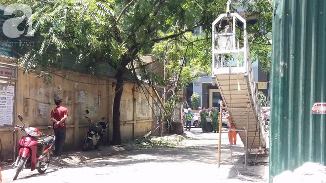 Ngồi uống trà đá ở Thái Hà, hai thanh niên bị thang vận rơi trúng-3