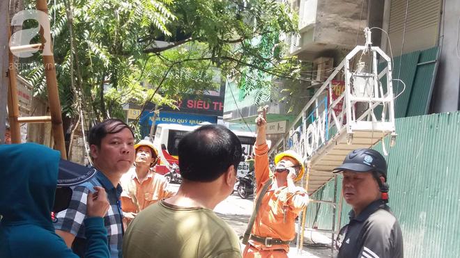 Ngồi uống trà đá ở Thái Hà, hai thanh niên bị thang vận rơi trúng-6