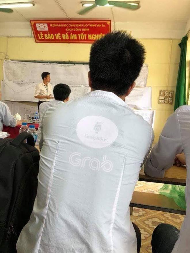 Tài xế GrabBike mặc thêm áo sơ mi trắng để bảo vệ đồ án tốt nghiệp đại học-1