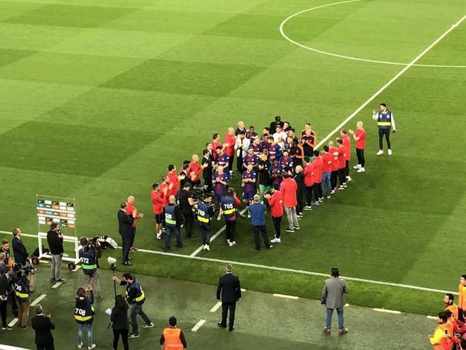 Real không xếp hàng chào tân vương, Barca gọi nhân viên ra thay thế-1
