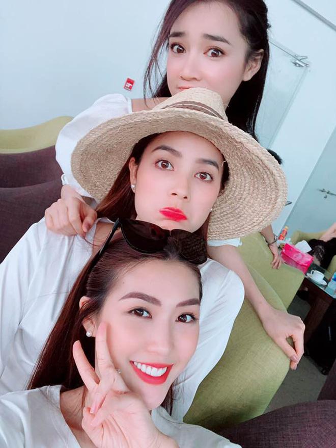 Học sao Việt cách chọn và kết hợp mũ cói sao cho thật duyên dáng khi diện cùng trang phục hè-10