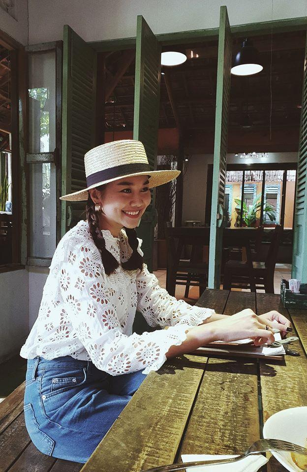 Học sao Việt cách chọn và kết hợp mũ cói sao cho thật duyên dáng khi diện cùng trang phục hè-4
