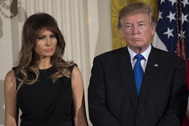 Tiết lộ gây sốc về cuộc sống xa cách của Tổng thống Trump và vợ sau những lần bị chối từ nắm tay-1