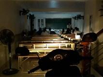 Nhóm học sinh chuyên Toán bật đèn pha xe máy để ôn thi