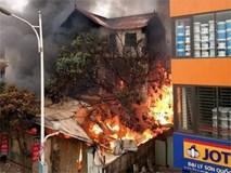 Lửa cháy ngùn ngụt tại căn nhà dưới chân cầu Vĩnh Tuy, một cụ bà tử vong