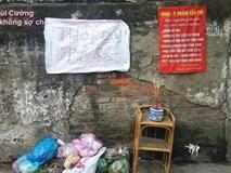 Mang rác đi đổ trộm nhìn thấy tấm biển thông báo, nhiều người chột dạ cúi mặt bỏ đi