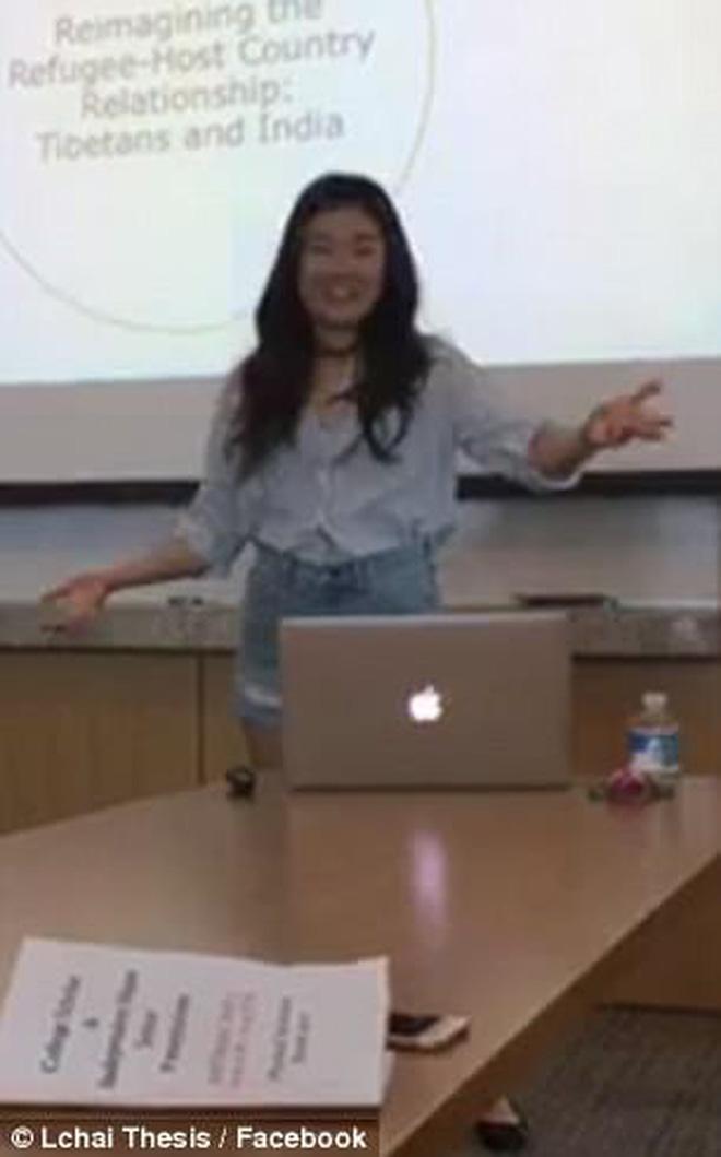 Bị giáo sư chỉ trích khi mặc quần ngắn, cô gái lột đồ ngay giữa buổi thuyết trình tốt nghiệp-2