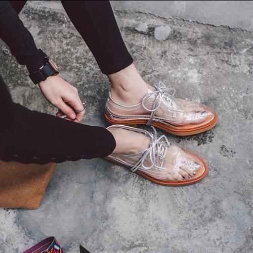 Kiểu giày thảm họa, nóng, bí chân nhất mùa hè-13