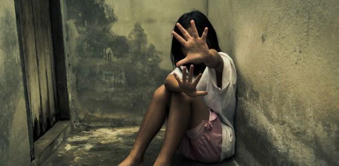 Người đàn ông cưỡng bức 2 con gái riêng của vợ rồi còn đổ lỗi cho vợ khiến anh ta không thể kiểm soát được mình-1