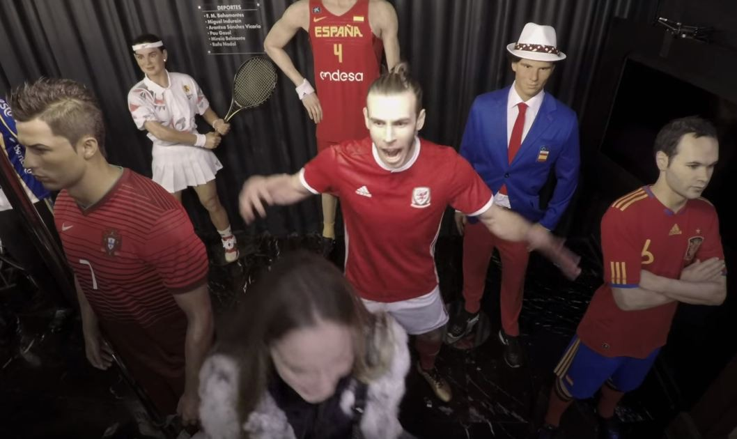Bale giả làm tượng sáp, nhát ma khiến fan nữ hoảng sợ-1