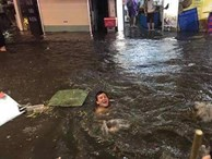 Chàng Tây thích thú nhảy xuống đường, bơi trên phố Tạ Hiện sau cơn mưa dông tối qua