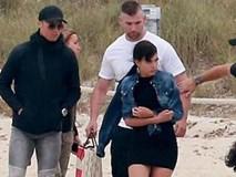Dính chấn thương, C.Ronaldo tranh thủ đưa bạn gái đi chơi