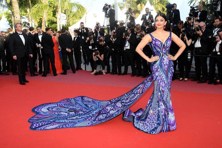 Bộ đầm hoa hậu đẹp nhất thế giới mặc tại Cannes có gì đặc biệt?-1