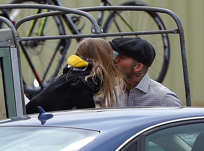 Bé Harper diện đồ như chim cánh cụt đáng yêu, hôn bố Becks cực tình cảm-1