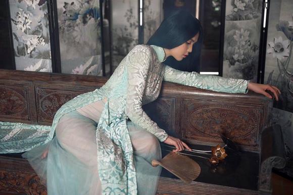 Không phải cứ mặc đồ gợi cảm mới đẹp, Ngọc Trinh diện áo dài vẫn thần thái đỉnh cao-1