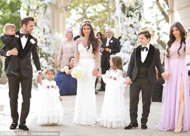 Fabregas kết hôn với người đẹp hơn 12 tuổi, trong lễ cưới ngập màu trắng như cổ tích-1