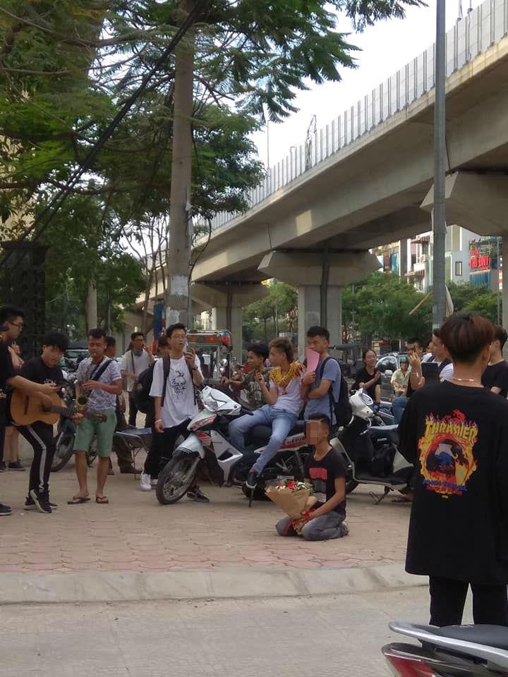 Nam thanh niên quỳ gối trước cổng học viện Âm nhạc Quốc gia Việt Nam gây xôn xao-2