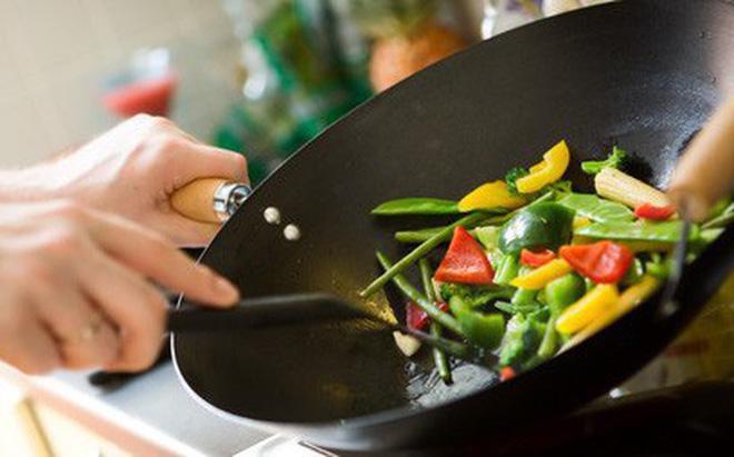 Ăn thức ăn để qua đêm, chàng trai bị suy thận cấp tính: 8 thực phẩm cấm kỵ ăn lại-2