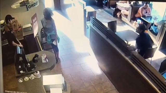 Bị từ chối không cho dùng toilet, người phụ nữ thả phẫn nộ giữa quán cafe rồi bốc ném vào nhân viên-1