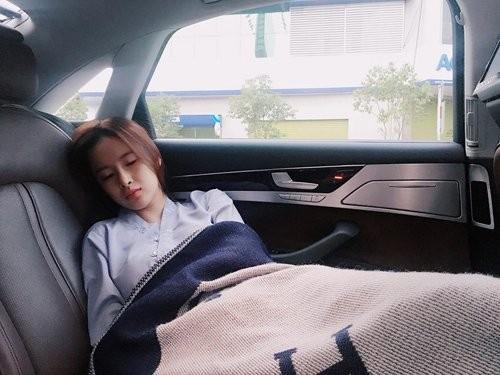 1001 dáng ngủ siêu khó đỡ của sao Việt: Cứ đặt lưng xuống là ngủ bất kể địa hình!-12