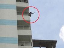 Nam thanh niên lột quần áo, đòi nhảy từ tầng 10 bệnh viện