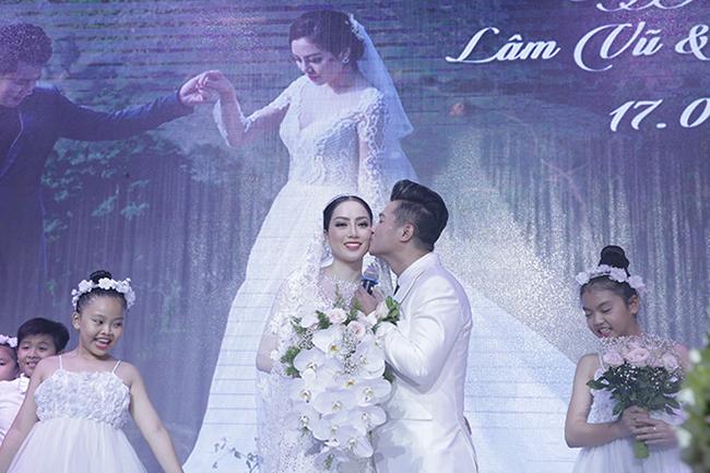 Tuấn Hưng cùng vợ con đến chúc mừng Lâm Vũ cưới vợ Việt Kiều-4