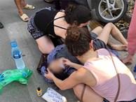 Nghi say nắng, cô gái tự lao xe vào cột biển báo GT được 2 nữ du khách nước ngoài sơ cứu