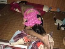 Mẹ giật mình dậy không thấy con gái đâu, hóa ra đang quấn chặt chân bố ngủ thế này
