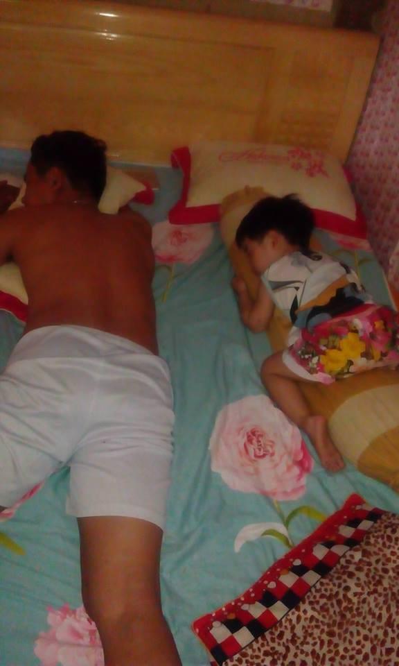 Mẹ giật mình dậy không thấy con gái đâu, hóa ra đang quấn chặt chân bố ngủ thế này-5