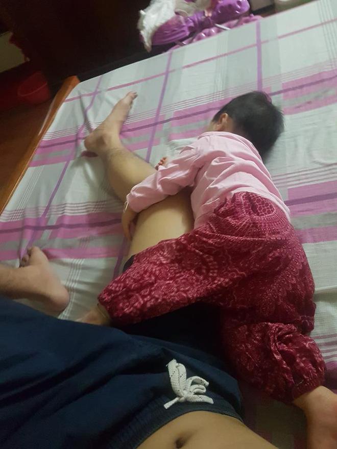 Mẹ giật mình dậy không thấy con gái đâu, hóa ra đang quấn chặt chân bố ngủ thế này-7