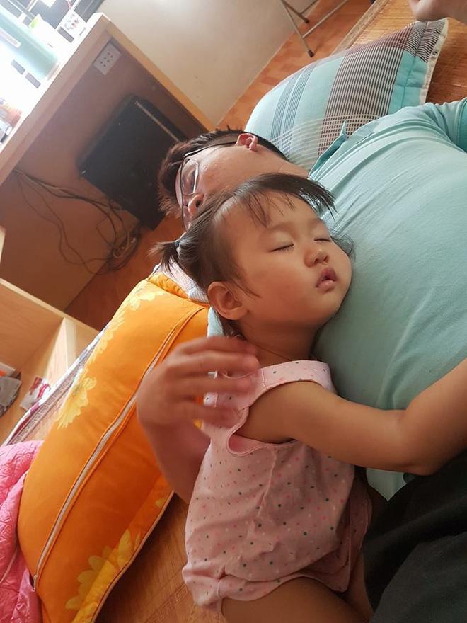 Mẹ giật mình dậy không thấy con gái đâu, hóa ra đang quấn chặt chân bố ngủ thế này-8