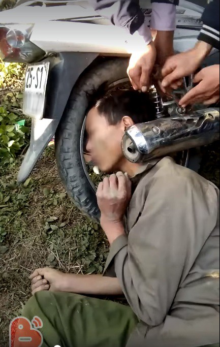 Hy hữu: Người dân giải cứu ông chú bỗng dưng mắc kẹt đầu vào bánh xe máy và ống pô-2