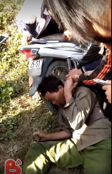 Hy hữu: Người dân giải cứu ông chú bỗng dưng mắc kẹt đầu vào bánh xe máy và ống pô-3