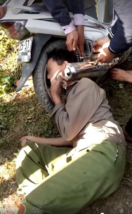 Hy hữu: Người dân giải cứu ông chú bỗng dưng mắc kẹt đầu vào bánh xe máy và ống pô-1