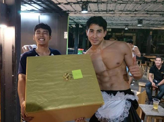 Thời trang bồi bàn cười ra nước mắt của trai đẹp 6 múi Thái Lan-4