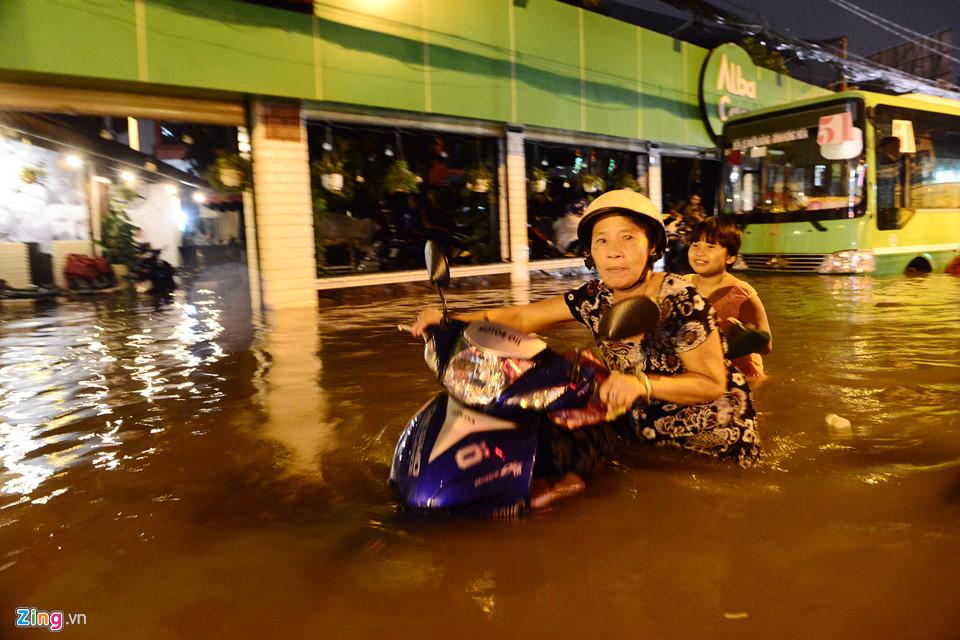 Người Sài Gòn lội nước ngập ngang bụng, ngã sấp mặt giữa đêm-2