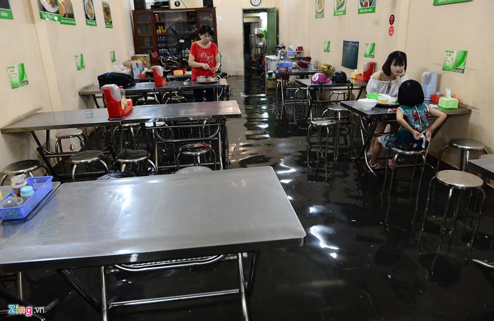 Người Sài Gòn lội nước ngập ngang bụng, ngã sấp mặt giữa đêm-11