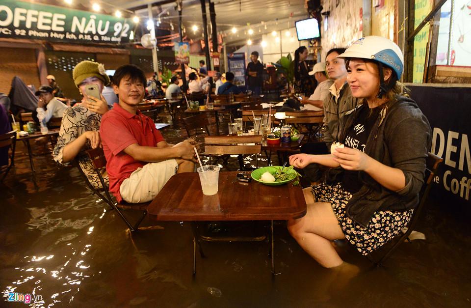 Người Sài Gòn lội nước ngập ngang bụng, ngã sấp mặt giữa đêm-12