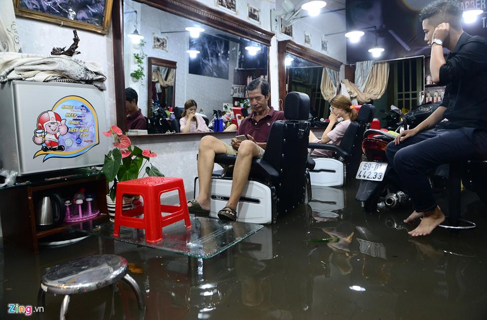 Người Sài Gòn lội nước ngập ngang bụng, ngã sấp mặt giữa đêm-13